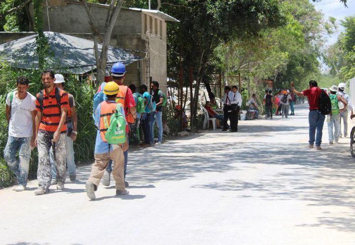Según transeúntes los autobuses que se encargan de transportar a los trabajadores hasta ese sitio, realizan maniobras sin precaución. (Octavio Martínez/SIPSE)