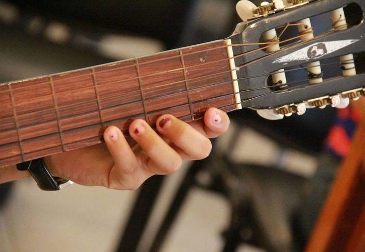 El CIJ presta guitarras a los estudiantes. (Redacción/SIPSE)