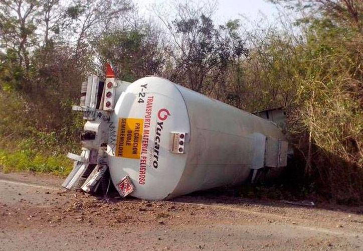 Una pipa cargada de 31,000 litros de diésel se volcó en la carretera Mérida-Valladolid. No se reportaron muertos ni heridos. (Twitter: @PoliciaYucatan)