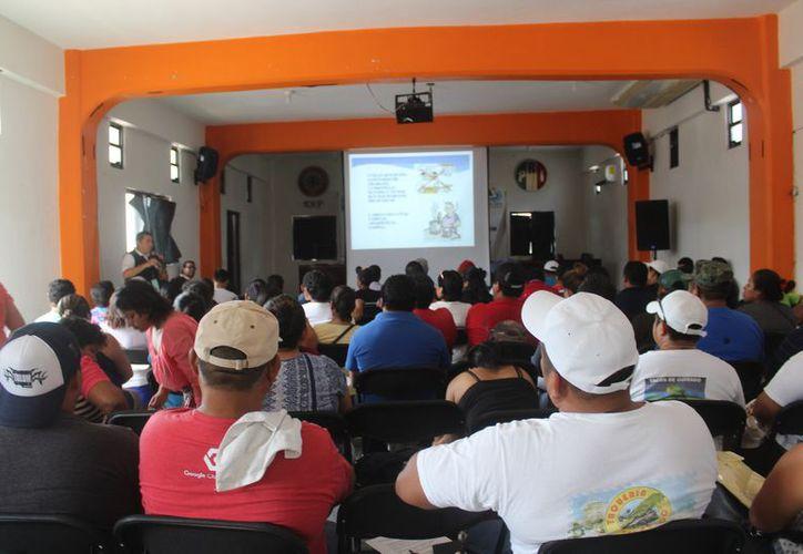 Expendedores de alimentos recibieron la capacitación de Cofepris. (Foto: Sara Cauich/SIPSE)