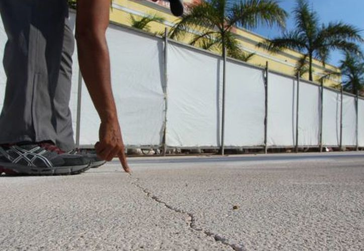La obra no ha sido inaugurada y el piso que se colocó ya presenta cuarteaduras en barios puntos. (Gustavo Villegas/SIPSE)