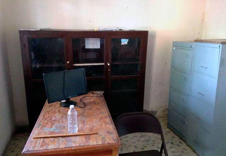 Imagen de la oficina de la Ayuntamiento de Dzidzantún, de la que prácticamente se llevaron todo. Según el Congreso, auditará las cuentas de las comunas 'saqueadas' para fincar responsabilidades. (Milenio Novedades)