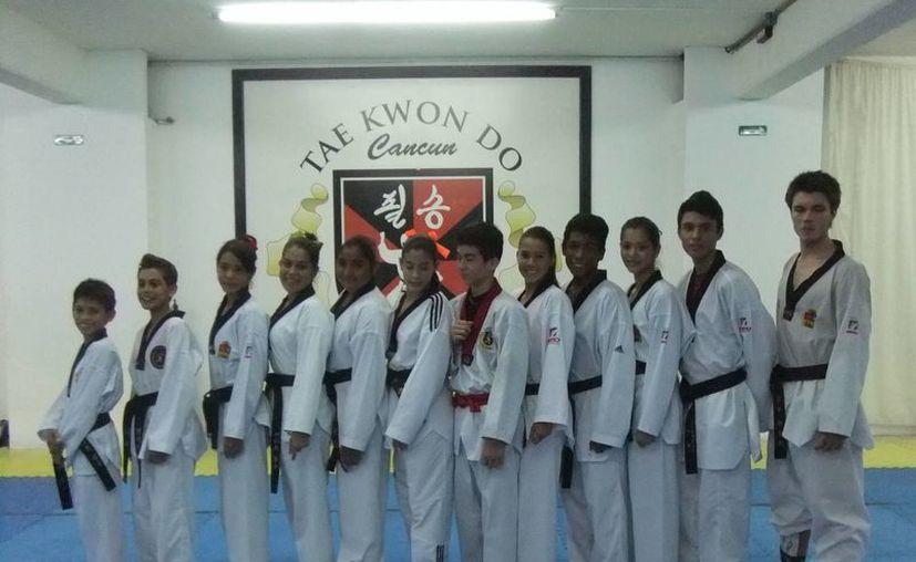 La selección de tae kwon do Pil Sung que representará al estado. (Raúl Caballero/SIPSE)