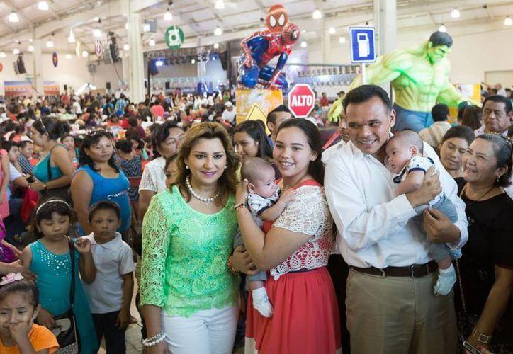 El gobernador Rolando Zapata Bello y su familia encabezaron el Festival del Día del Niño y de la Madre del Patronato Pro-Hijo del Policía 2015. (SIPSE)