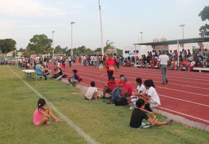 Alrededor de mil 500 almas esperaban el arranque del partido. (Carlos Horta/SIPSE)
