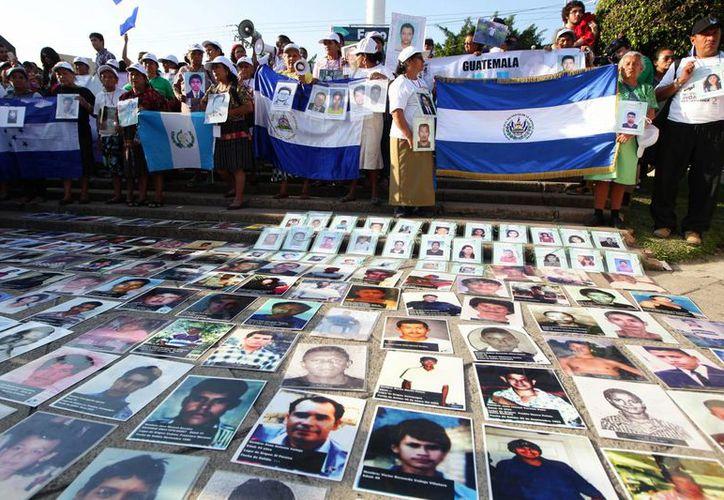 Imagen de archivo de la novena edición de la caravana de madres centroamericanas en busca de sus hijos, el 7 de diciembre de 2013, en un acto realizado frente a la sede de la Feria Internacional del Libro de Guadalajara (FIL), en Guadalajara. (Archivo/EFE)