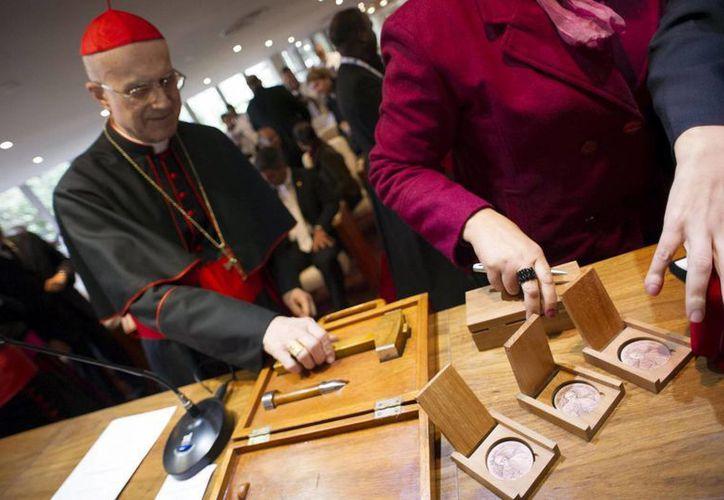 El cardenal Tarcisio Bertone, durante la presentación de las monedas y sellos conmemorativos dedicados al Papa Francisco con motivo de su visita a Río, en julio de 2013. (EFE/Archivo)