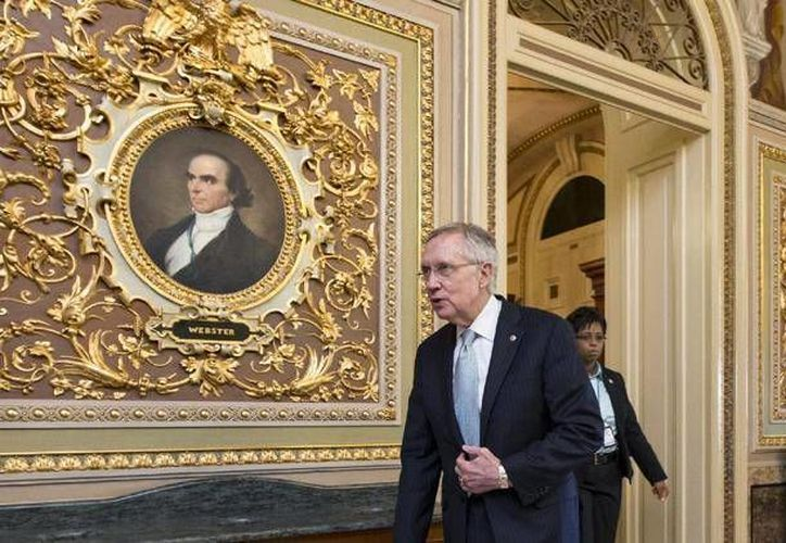 El líder de la mayoría demócrata en el Senado, Harry Reid, sale de la cámara alta al concluir la jornada, pero sin que haya sido solucionado el cierre parcial del gobierno, el sábado. (Agencias)