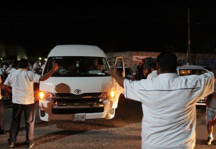 Cierre de arterias principales en Playa del Carmen, ocasionó graves afectaciones a turistas y cancelaciones de vuelos. (Foto: Octavio Martínez)