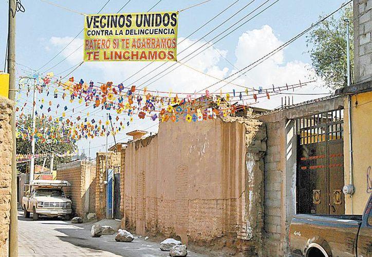 """Los vecinos colgaron """"advertencias"""" contra delincuentes. (René Soto/Milenio)"""
