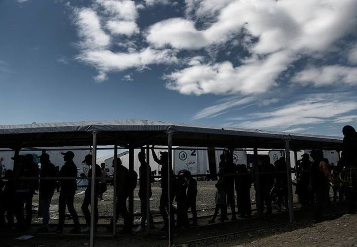 La crisis de migrantes sigue cobrando víctimas: una barcaza s naufragó y murieron 7 de ellos. La imagen, utilizada solo como contexto, muestra a indocumentados en un campo de refugiados, en la frontera Grecia-Macedonia. (Archivo/AP)
