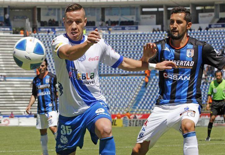 Un error de Gallos Blancos permitió al Puebla anotar el único gol de un partido intenso, pero con poca calidad futbolística. (Notimex)