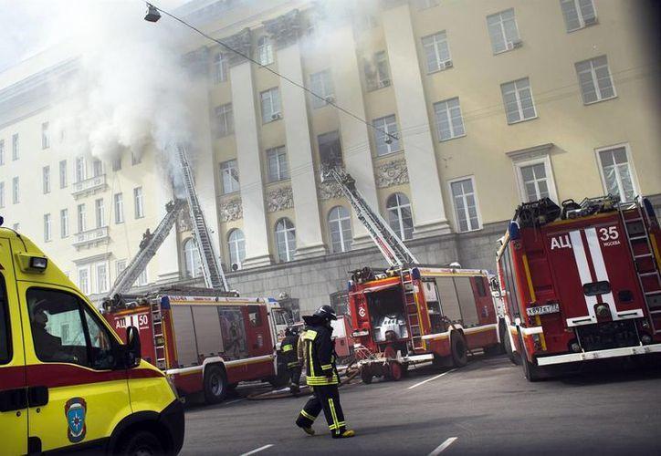 Imagen de los bomberos al controlar un incendio en un edificio del ministerio de la Defensa de Rusia, en Moscú. (Foto AP/Ivan Sekretarev)