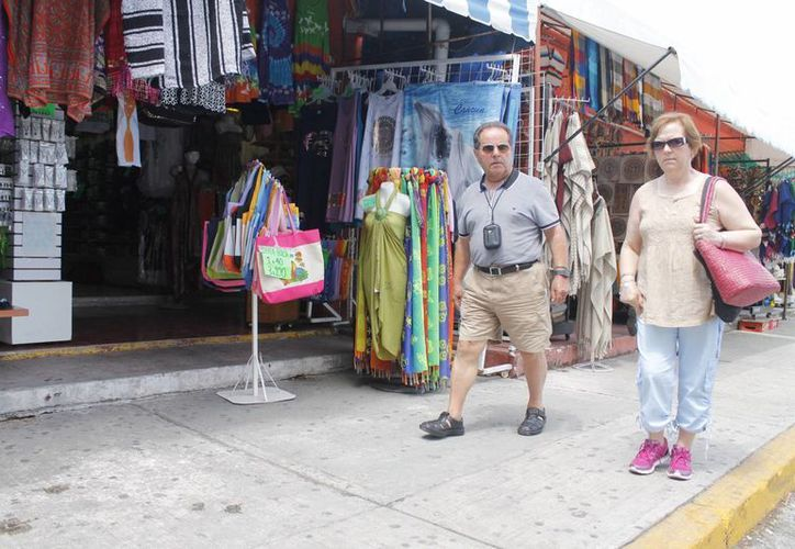 Un comerciante señaló que apenas tres viajeros por cada autobús que llega, optan por curiosear en el mercado. (Israel Leal/SIPSE)