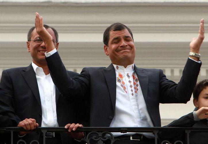 Desde el balcón del palacio presidencial de Carondelet, el presidente Rafael Correa agradeció el triunfo a sus simpatizantes. (AP)