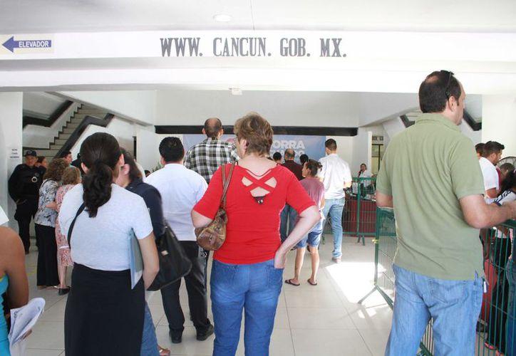 La alcaldesa visitó las instalaciones de esa instancia municipal para atender el tema de cuentas por cobrar. (Sergio Orozco)