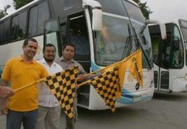Jorge Carlos Aguilar Osorio, en el banderazo de salida de los autobuses. (Cortesía/SIPSE)