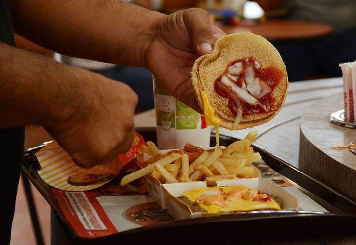 Especialistas recomiendan evitar consumir cierto tipo de alimentos. (Luis Soto/SIPSE)