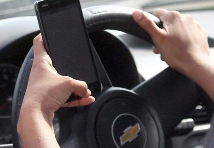 La OMS 'reprueba' la combinación de celular más volante. (Imagen ilustrativa. Milenio Novedades)