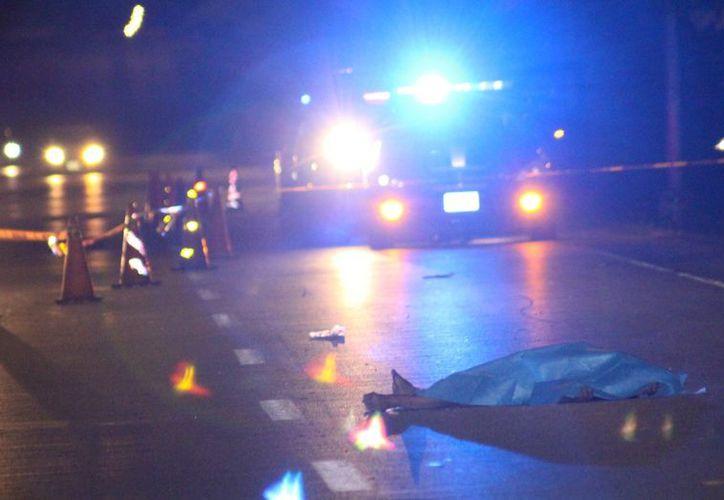 El cuerpo del ciclista quedó en medio de la carretera al intentar cruzar el Anillo Periférico. (SIPSE)