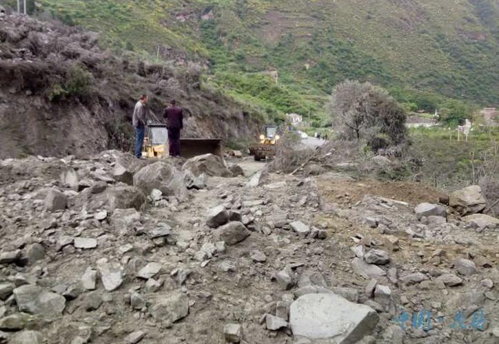 Más de un centenar de personas quedaron atrapadas luego de un desplazamiento ocurrido por las fuertes lluvias, en China. (RT)