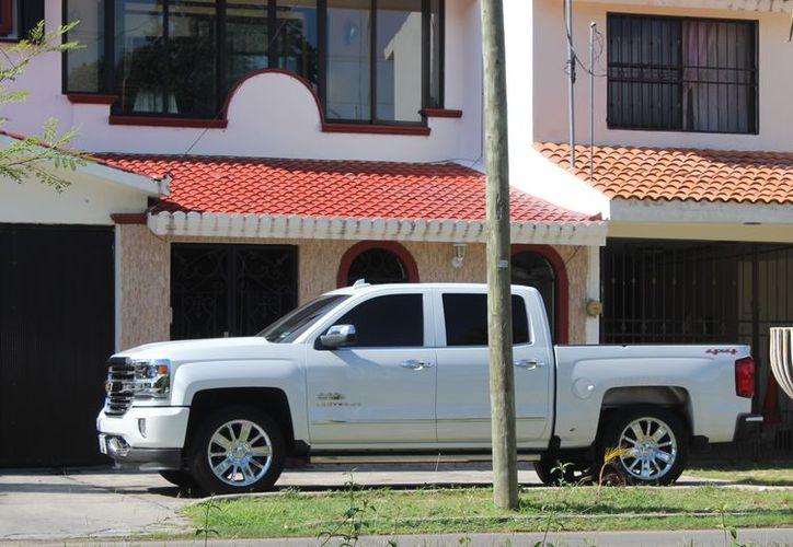 Los disparos acertaron en la carrocería e interiores de su camioneta Chevrolet tipo Cheyenne de color blanco, en la fachada de la vivienda, algunas zonas de la cochera y el portón de metal. (Enrique Mena/SIPSE)