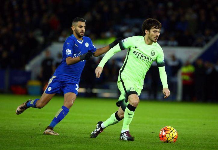 David Silva (d), del Manchester City, disputa el balón con Riyad Mahrez (i) Leicester City, este martes durante un juego de la Premier League en el King Power Stadium, en Leicester, Reino Unido. El Leicester terminará el año en segundo lugar de la Liga Premier. (EFE)