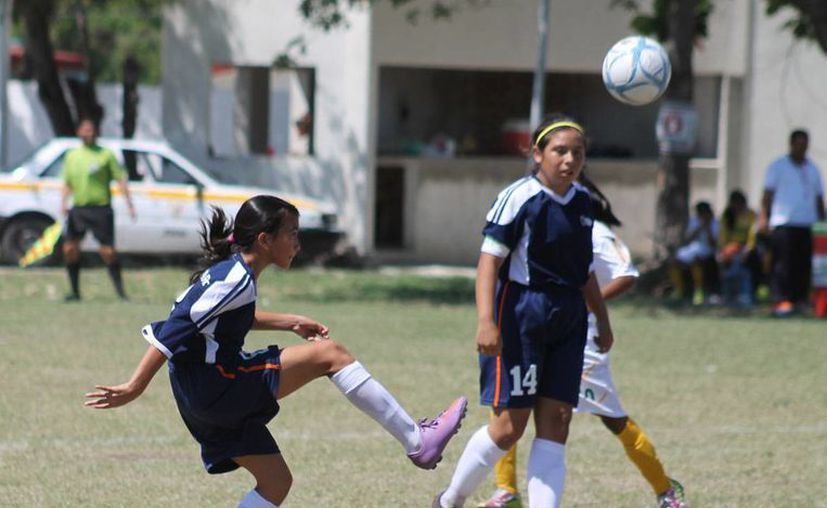 Aidé Espinoza inauguró el marcador al primer minutos, para darle paso a Isabella Rivero, quien anotó tres goles. (Alberto Aguilar/SIPSE)