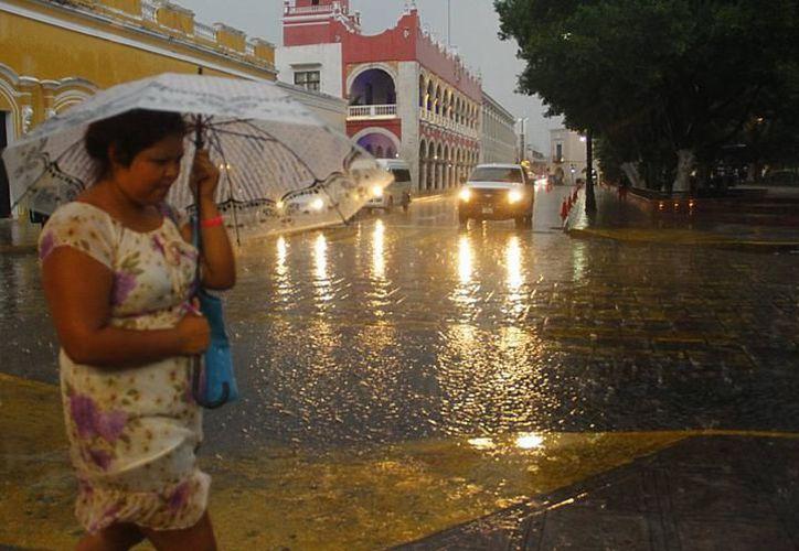El pronóstico para el Estado recomienda tomar precauciones por la presencia de lluvias, entre estas; el uso de sombrillas y conducir a velocidad moderada. (SIPSE)