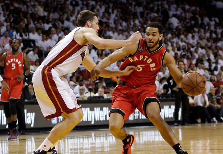 Cory Joseph (6), de Raptors, frente a Goran Dragic, de Miami, durante el sexto juego de la serie de la NBA, que fue ganado por el Heat para alargar el enfrentamiento a un séptimo duelo. (AP)