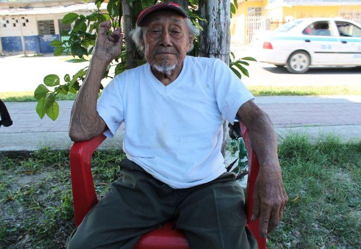 Don Ricardo Cahum Canul tiene 102 años y no recuerda la fecha de su llegada a Bacalar. (Juan Carlos Gómez/SIPSE)