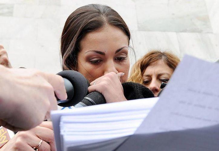 Ruby lee una declaración que ha escrito mientras protesta delante del Palacio de Justicia de Milán, Italia. (EFE)