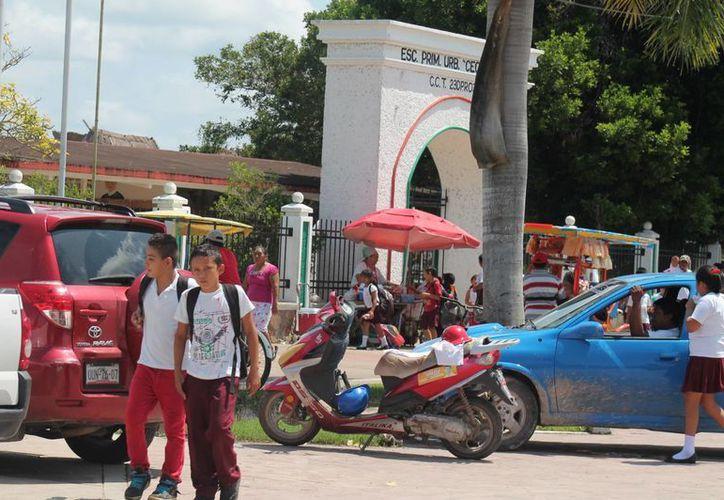 Los más afectados fueron los comerciantes ambulantes, pues al no haber clases se vieron imposibilitados de comerciar sus productos fueras de las escuelas. (Carlos Horta/SIPSE)