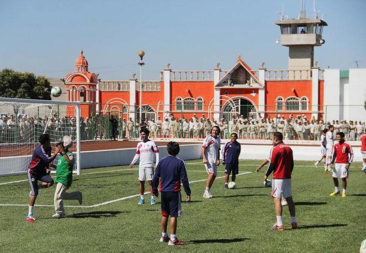 Cuerpo técnico y staff de Chivas jugaron una 'cascarita' en la nueva cancha contra un equipo de los internos. (Notimex)