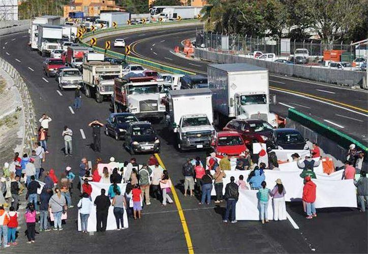Alrededor de unos 100 trabajadores del Ayuntamiento de Cuernavaca marcharon en apoyo a Cuauhtémoc Blanco. (Excelsior)