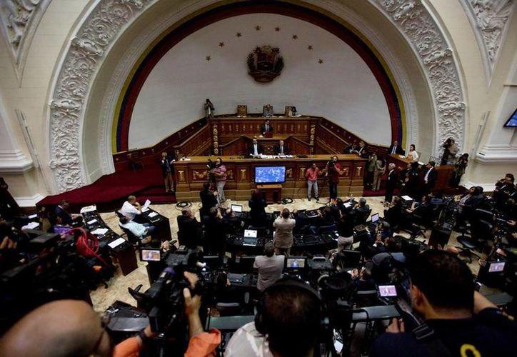 El parlamento de Venezuela sugiere adelantar las elecciones para dar pronta salida a la dura crisis económica, social y política que golpea al país. (AP/Fernando Llano)