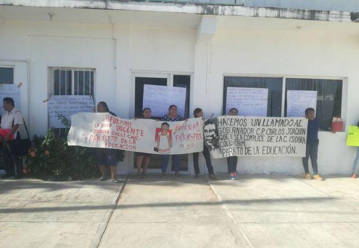 Cerca de 50 profesores se manifestaron frente a las instalaciones de la SEP en Carrillo Puerto. (José Chi/SIPSE)