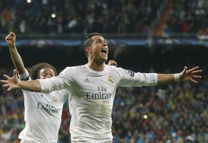 Cristiano Ronaldo se reunió con el Nasser Al Khelaifi, presuntamente para platicar sobre un posible fichaje con el PSG. (AP)