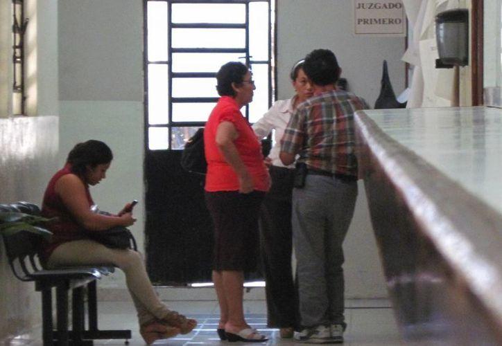 Los padres de Medina Sonda en los pasillos de los juzgados penales de Mérida. (Francisco Puerto/SIPSE)