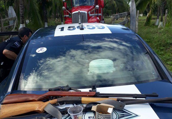 Los sujetos transportaban tres armas largas y una corta. (Foto: Redacción)