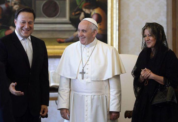 El Papa con el presidente de Panamá, Juan Carlos Varela, y su esposa, Lorena Castillo. (Foto: AP)