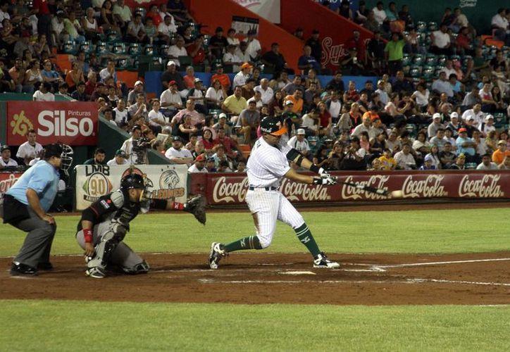 Tras estar empatado el juego 1x1, Leones anotó cuatro carreras en la octava para llevarse la victoria anoche ante Toros de Tijuana. Imagen de una jugada en el estado Kukulcán. (Milenio Novedades)