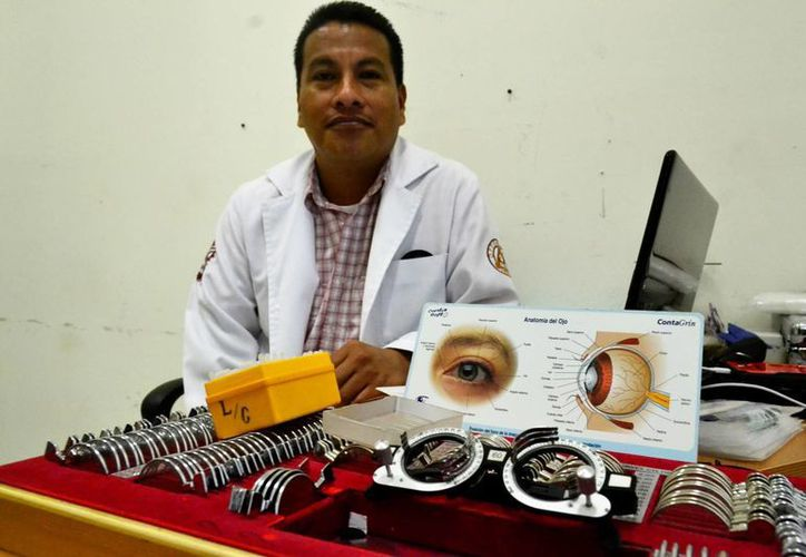 Se estima que la Cruz Roja mexicana, con apoyo de especialistas del IPN y de la UNAM, brinde 200 consultas durante la semana de la Jornada de Salud Visual. En la foto, el especialista en Optometría, Iván Medina Solís. (Daniel Sandoval/SIPSE)