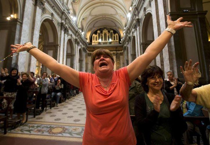 Una mujer estalla en júbilo en la Catedral de Buenos Aires tras conocerse la elección de un argentino como Sumo Pontífice. (Agencias)