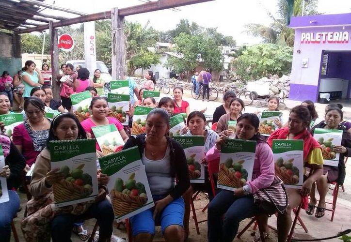 Madres de familia participaron en las charlas nutricionales de Diconsa. (Harold Alcocer/SIPSE)