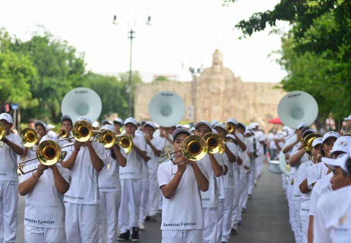 El desfile de la banda sinfónica de los jóvenes se realizó por las calles de Paseo de Montejo y el Centro Histórico de Mérida. (Milenio Novedades)