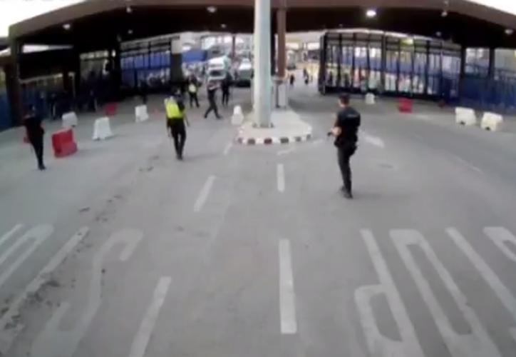 Un hombre armado que parecía ser marroquí atacó con un cuchillo a un policía español. (Captura Twitter/ @zoidoJI).