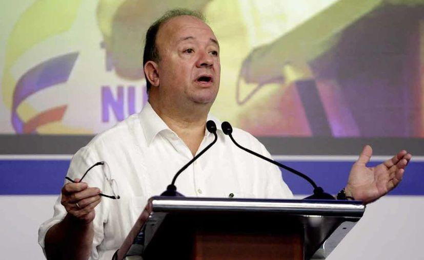 Luis Carlos Villegas, titular del Ministerio de Defensa colombiano, durante le lectura del documento, en Cartagena. (EFE)