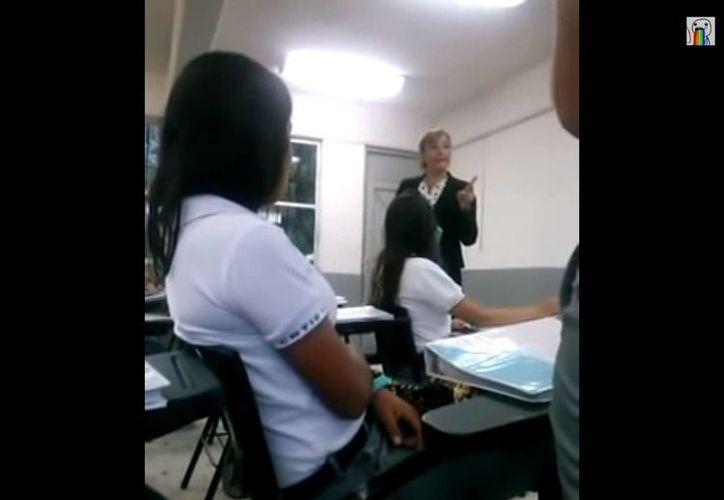 La profesora pidió a sus alumnos que videograbaran el regaño. (Captura de pantalla de YouTube)