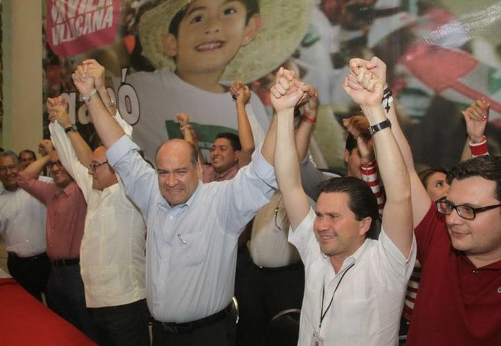Mientras Javier Villicaña (i) se hizo de 33 mil 957 votos, Francisco Reyes, del coalición PAN-PRD-PT ganó 38.91. (Notimex)